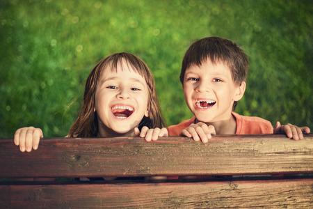 웃는 소녀와 소년의 야외 초상화 스톡 콘텐츠