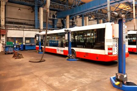 motorbus: PRAGA, REP�BLICA CHECA - 17 de septiembre: La inspecci�n de chasis de autobuses p�blicos de taller en Depot Hostivar el d�a de puertas abiertas en el Transporte P�blico de Praga Compa��a el 17 de septiembre de 2011 en Praga