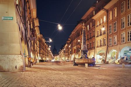 vue de nuit sur la rue commerçante allée Kramgasse à Berne, Suisse