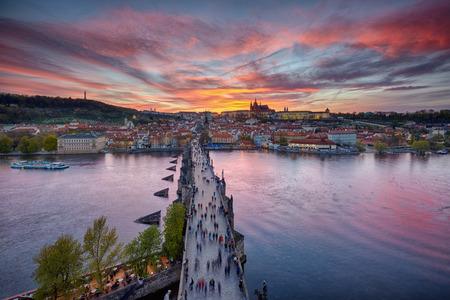 Sonnenuntergang über der Karlsbrücke und Prager Burg, der Tschechischen Republik