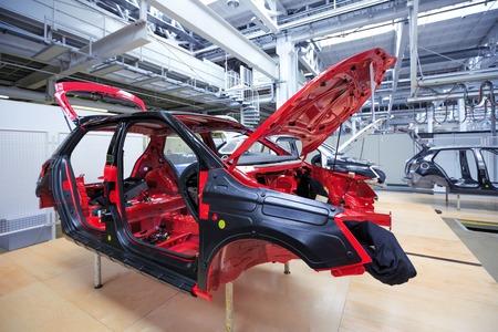 ingenieria industrial: carrocería de automóvil en la planta de coche