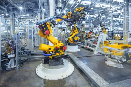 ingenieria industrial: brazos rob�ticos en una f�brica de autom�viles