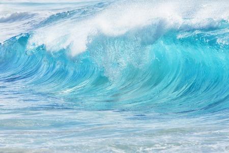 砂浜、オアフ島、ハワイ、アメリカで青緑色の波