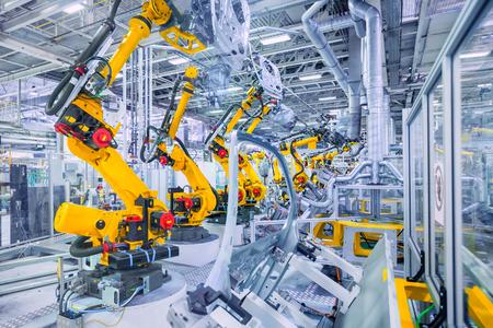 assembly: brazos robóticos en una fábrica de automóviles