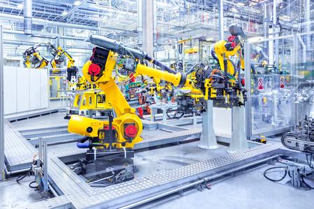 brazos robóticos en una fábrica de automóviles