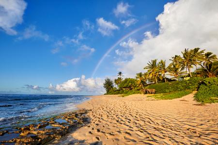 인기있는 서핑 장소 위로 레인보우 경치를 볼 선셋 비치, 노스 쇼 어, 오아후, 하와이, 미국 스톡 콘텐츠