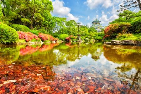 Vista sobre el castillo de Osaka desde el jardín, Osaka, Japón Foto de archivo - 60757966