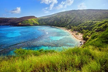Luchtfoto van het snorkelparadijs Hanauma Bay, een van de meest populaire toeristische bestemmingen in Oahu, Hawaii