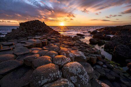 Puesta de sol sobre columnas de basalto Giants Causeway County Antrim, Irlanda del Norte Foto de archivo