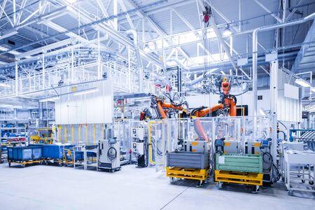 brazos robóticos en una planta de automóviles Foto de archivo