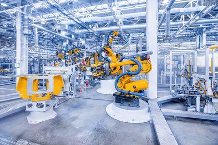 brazos robóticos en una planta de automóviles