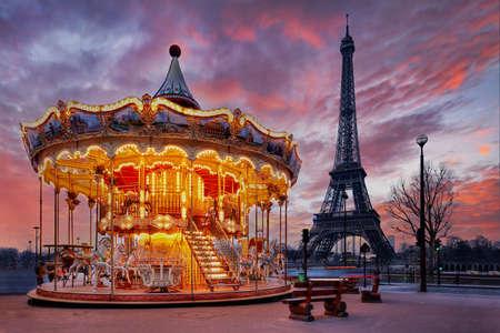 Illuminated vintage carousel close to Eiffel Tower, Paris 免版税图像