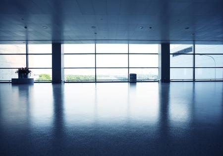 interior de la oficina con la pared de vidrio