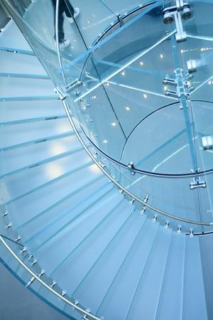moderno de vidrio escalera de caracol en la tienda con el paso de movimiento