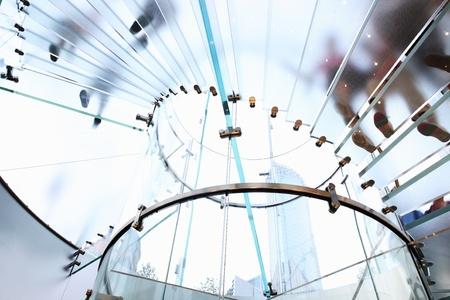 stair: moderne glazen wenteltrap in winkel met motion stap Redactioneel