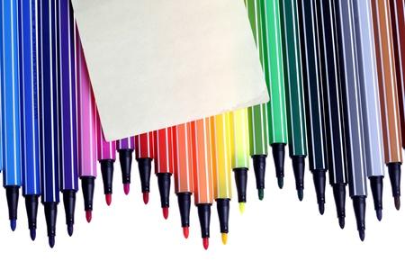 de nombreux stylos colorés, fond, closeup