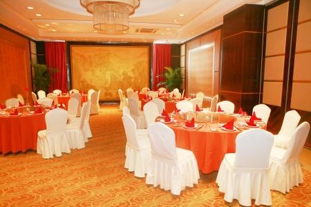 테이블 결혼식이나 낭만적 인 저녁 식사 이벤트에 대한 접시와 안경 설정
