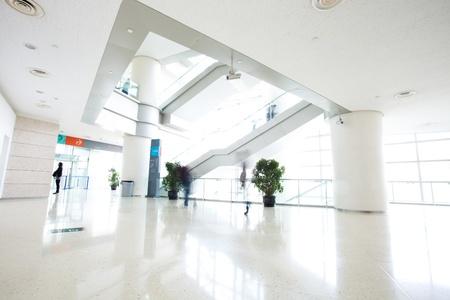 Bewegung Leute in einem modernen Gebäude Standard-Bild - 36138397