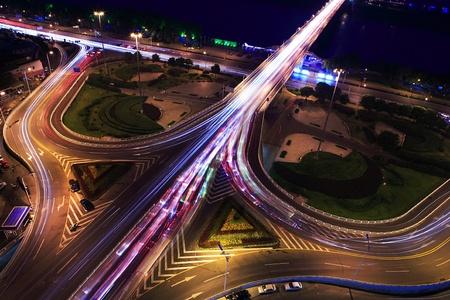 flyover: verkeer op nacht kruising met lange belichtingstijden
