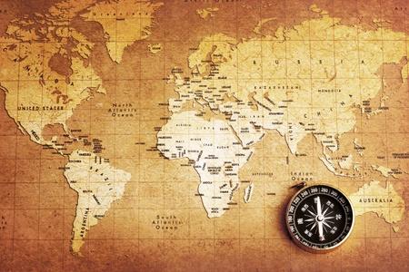 carte tr�sor: Une boussole en laiton ancien sur fond de carte au tr�sor