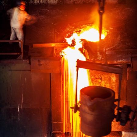 liquid metal: Versare del metallo liquido in officina focolare aperto