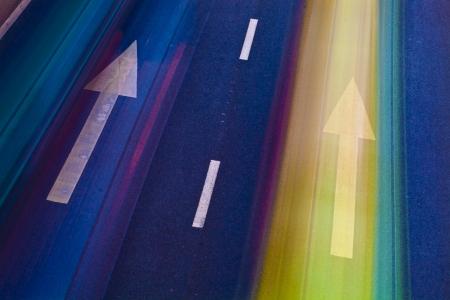 fast lane: los coches en la carretera con el desenfoque de movimiento