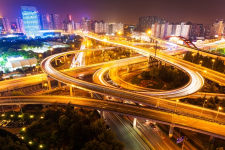 flyover: Viaduct in de moderne stad