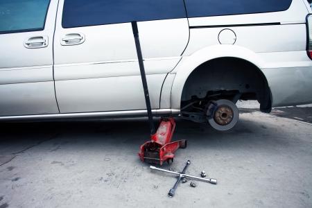 mechanic changing a wheel of a modern car 版權商用圖片