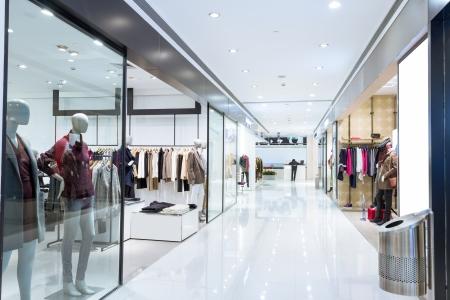 plaza comercial: Ventana de visualizaci�n de boutique con maniqu�es vestidos de moda