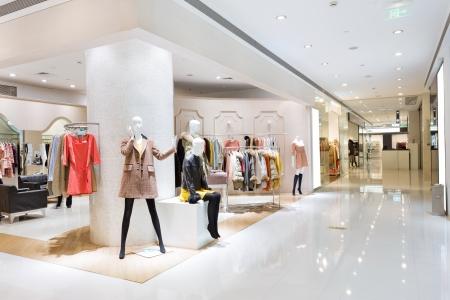 centro comercial: Ventana de visualización de boutique con maniquíes vestidos de moda