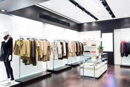 tienda de ropa: Ventana de visualización de boutique con maniquíes vestidos de moda