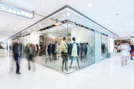 ventanas: Ventana de visualización de boutique con maniquíes vestidos de moda