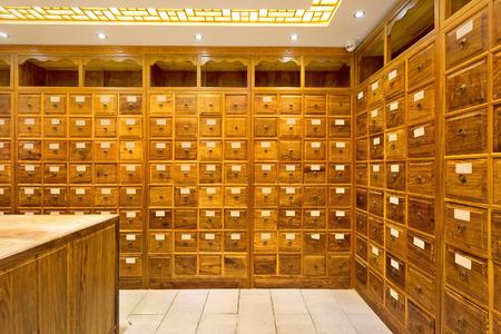 medicina tradicional china: antigua tienda de medicina china Editorial