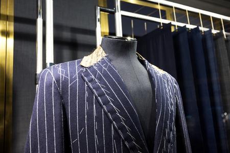 Kostuums op winkel mannequins