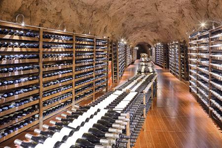 Cave à vin avec une bouteille de vin et verres