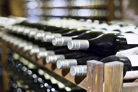 Weinkeller voller Weinflaschen