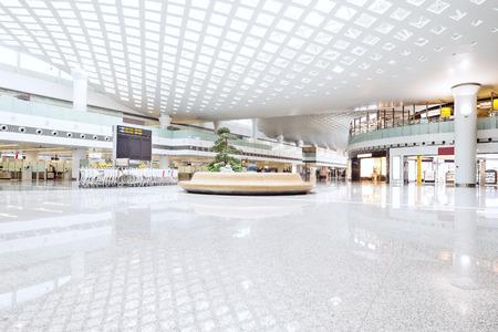 plaza comercial: interior de shoppingmall Editorial