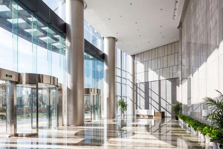 lege zaal in het moderne kantoorgebouw