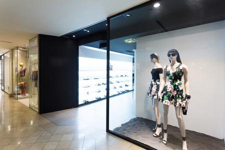 패션 매장에서 옷 표시