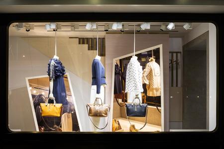 mannequin: Boutique fenêtre d'affichage de la mode dans la boutique Banque d'images