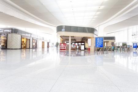 centro comercial: interior moderno centro comercial Editorial
