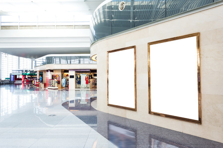 centro comercial: pared cartulina en blanco en el moderno centro comercial