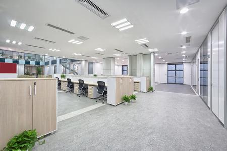 oficinistas: interior moderno sala de oficina