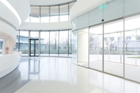 consultorio: futurista interior moderno edificio de oficinas en la ciudad urbana Editorial