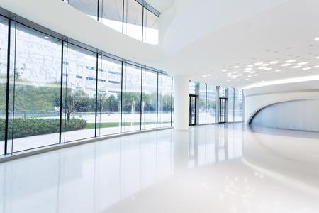 도시의 도시에서 미래의 현대적인 사무실 건물 내부