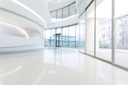 superficie: futurista interior moderno edificio de oficinas en la ciudad urbana Editorial
