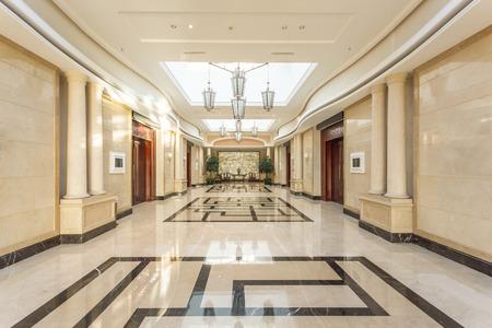 현대적인 호텔의 내부와 복도