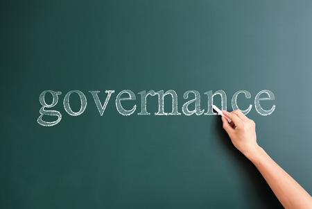 governance: bestuur geschreven op bord Stockfoto