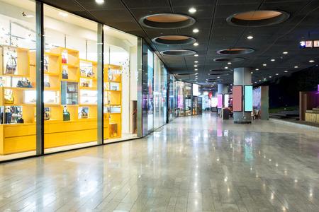 centro comercial: tienda en el centro comercial Editorial