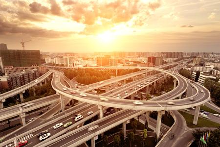 De horizon en het verkeer paden op snelweg kruising